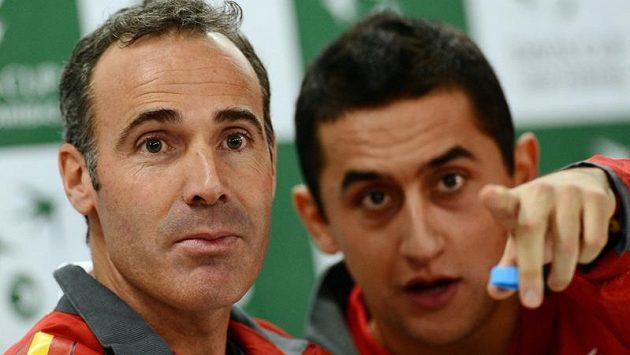 Trenér španělských tenistů Álex Corretja (vlevo) a Nicolás Almagro na tiskové konferenci před finále Davis Cupu.