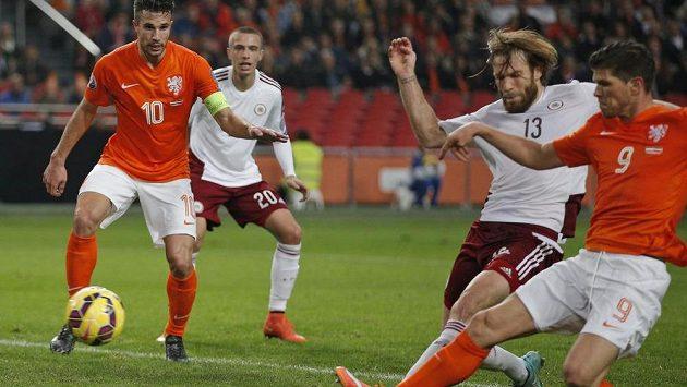 Nizozemský fotbalista Klaas Jan Huntelaar (vpravo) střílí přes obránce Kasparse Gorksse (druhý zprava) gól v kvalifikačním utkání proti Lotyšsku.