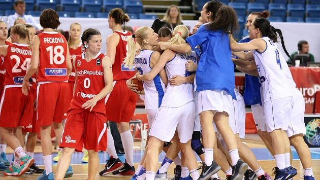 Veronika Bortelová z poraženého českého týmu sleduje řecké oslavy.