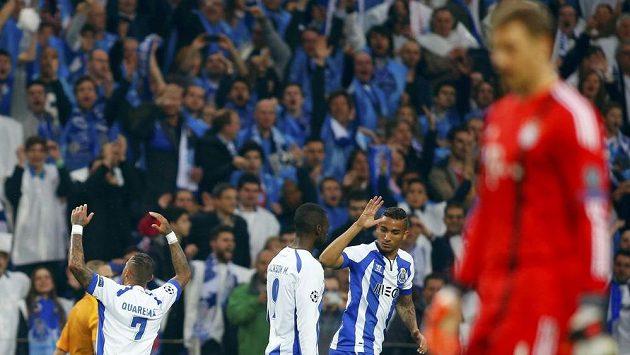Ricardo Quaresma (vlevo) se raduje společně se spoluhráči z Porta z gólu, který vstřelil brankáři Bayernu Manuelovi Neuerovi (vpravo).