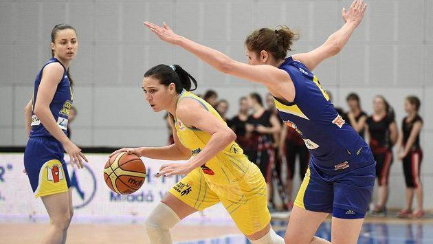 Sonja Petrovičová ve žlutém dresu USK Praha na ilustračním snímku s Romy Bärovou z Košic.