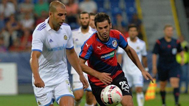 Útočník Plzně Aidin Mahmutovič a Tal Ben Chaim I (vlevo) z Maccabi Tel Aviv.