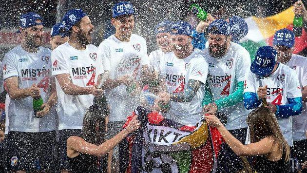 Sprchy šampaňským k oslavám titulu neodmyslitelně patří.