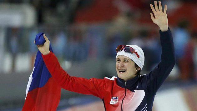 Martina Sáblíková se raduje z obhajoby zlaté olympijské medaile na 5000 metrů.
