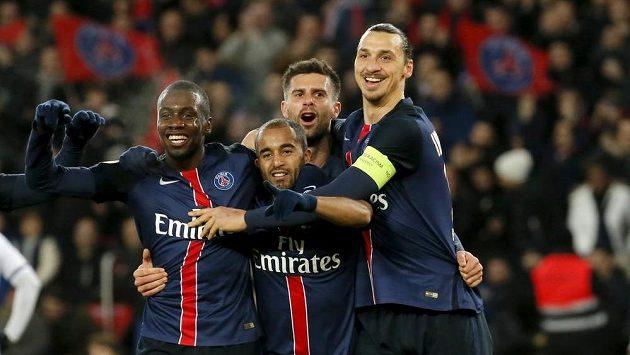 Fotbalisté PSG oslavují branku vstřelenou Angers.