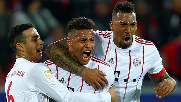 Corentin Tolisso (uprostřed) z Bayernu slaví gól se spoluhráči Thiagem Alcantarou (vlevo) a Jeromem Boatengem.