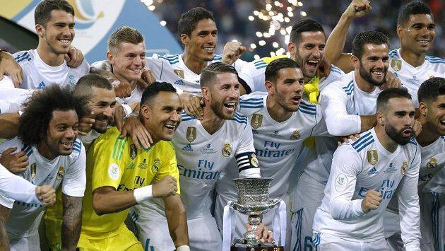 Fotbalisté Realu Madrid slaví zisk španělského Superpoháru.