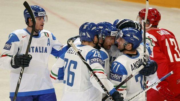 Hokejisté Itálie oslavují branku proti Dánsku.