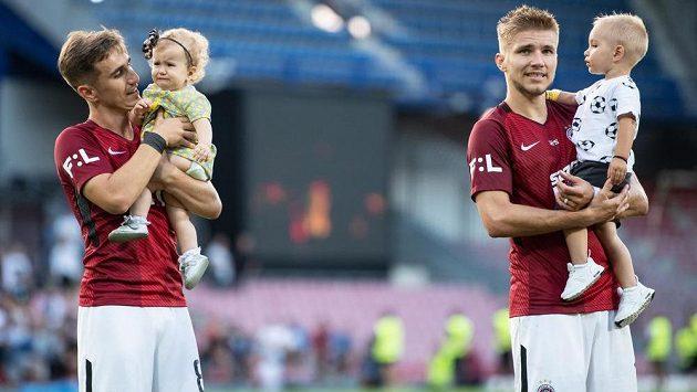 Fotbalisté Sparty Praha Martin Frýdek se synem (vpravo) a Bogdan Vatajelu s dcerou po utkání 3. kola se Slováckem.