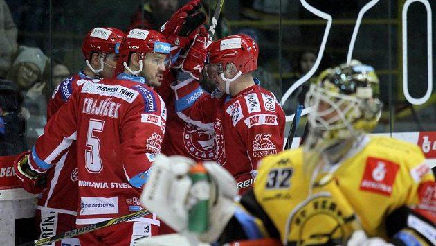 Hokejisté HC Oceláři Třinec se radují z gólu na ledě HC Verva Litvínov.
