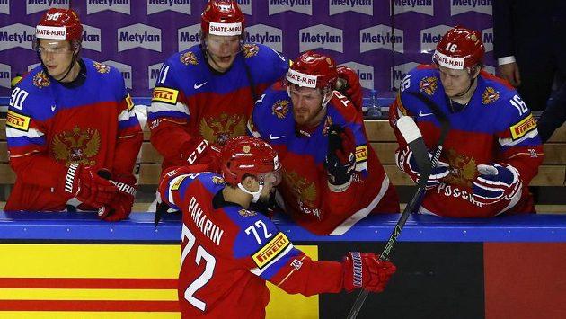 Ruský střelec Arťjom Panarin slaví se spoluhráči rozhodující trefu ze samostatného nájezdu v duelu se Švédskem.