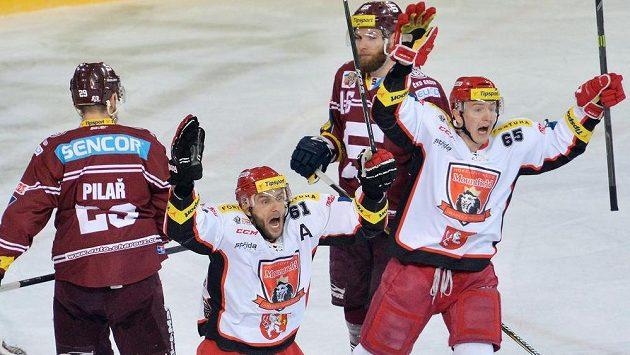 Útočníci Hradce Roman Kukumberg (vlevo) a Rudolf Červený se radují gólu.