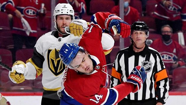 Rozhodčí Chris Lee přihlíží potyčce obránce Vegas Braydena McNabba (vlevo) a útočníka Montrealu Nicka Suzukiho.