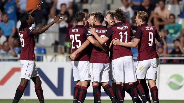 Fotbalisté Sparty oslavují třetí gól během utkání v Mladé Boleslavi.