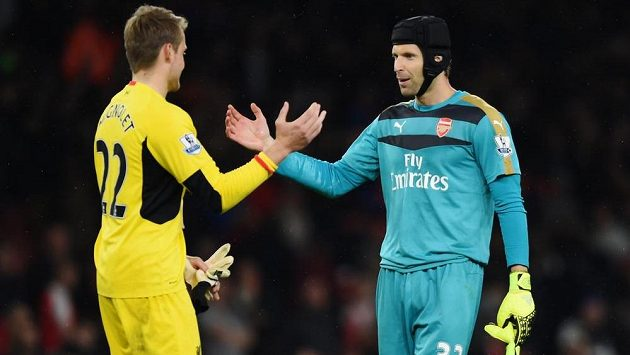 Pozdrav Petra Čecha (vpravo) z Arsenalu s liverpoolským gólmanem Simonem Mignoletem po bezbrankové dohrávce 3. kola.