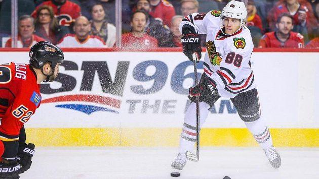 Patrick Kane z Chicaga v utkání NHL s Calgary.