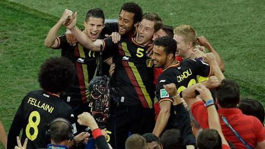 Belgický kapitán Jan Vertonghen (5) slaví se svými spoluhráči jediný a zároveň vítězný gól v utkání s Koreou.