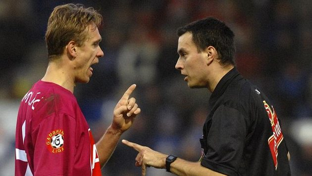 Rozhodčí Tomáš Adámek.