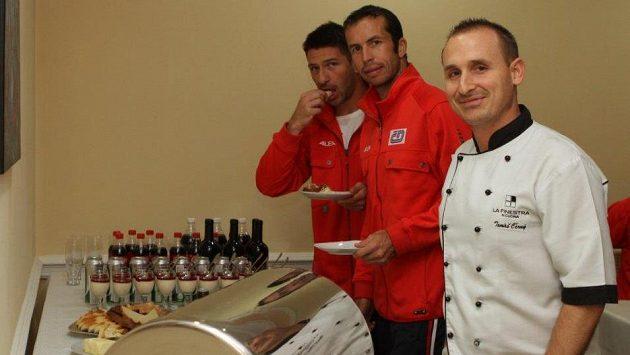 Čeští tenisté využívají v kazašské Astaně služeb vlastního kuchaře (vpravo).