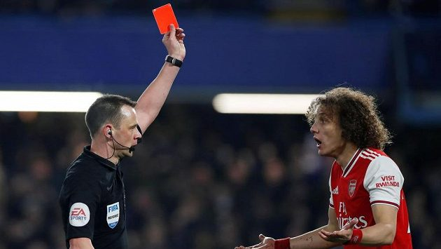 Obránce Arsenalu David Luiz dostává červenou kartu v duelu s Chelsea.