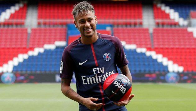 Neymar už v dresu PSG, o víkendu si pravděpodobně odbude premiéru.