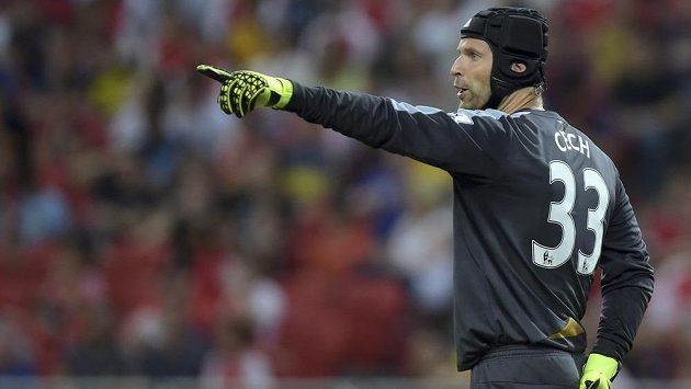 Brankář Arsenalu Petr Čech diriguje své spoluhráče v zápase s Evertonem.