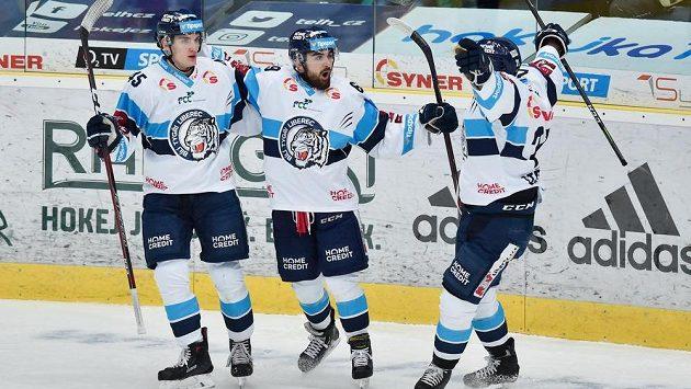 Hokejisté Liberce se radují z gólu proti Pardubicím. Zleva Jan Ordoš, autor gólu Marek Zachar a Matěj Stříteský.
