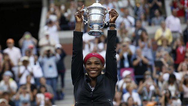 Serena Williamsová pozvedla pohár pro vítězku US Open pošesté v kariéře.