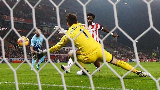 Wilfried Bony ze Stoke City střílí gól v ligovém utkání proti Swansea.