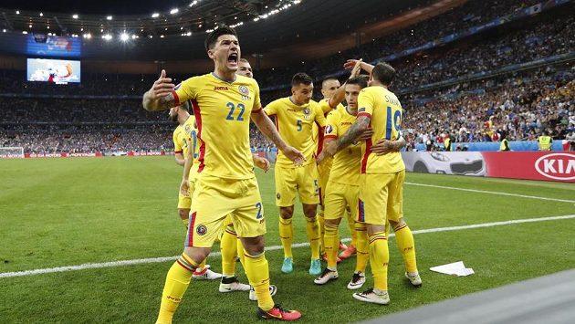 Rumun Cristian Sapunaru (vlevo) se raduje se spoluhráči z proměněné penalty Bogdana Stancua.