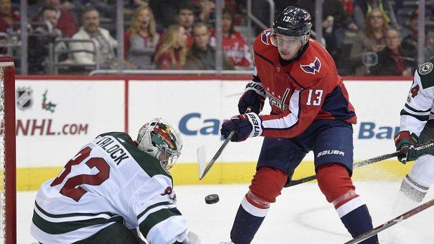 Křídlo Washingtonu Capitals Jakub Vrána (13) před gólmanem Minnesoty Wild Alexem Stalockem (32).