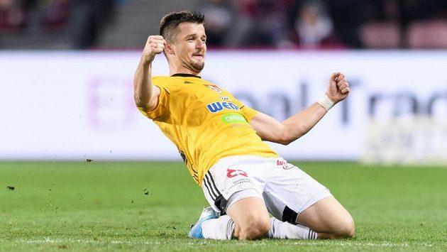 Benjamin Čolič z Českých Budějovic oslavuje gól během utkání se Spartou.