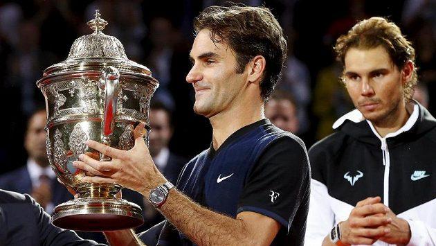 Švýcar Roger Federer s trofejí za vítězství nad Rafaelem Nadalem ze Španělska ve finále v Basileji.