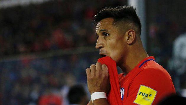 Černý den Alexise Sáncheze. Krach přestupu do Manchesteru City a výprask od Paraguaye.