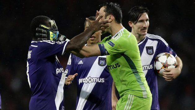 Fotbalisté Anderlechtu slaví bod na hřišti Arsenalu Londýn. Vpředu je brankář Silvio Proto, vlevo obránce Frank Acheampong.