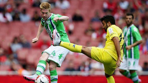 Útočník Wolfsburgu Kevin de Bruyne (vlevo) během přátelského utkání proti španělskému Villarealu.