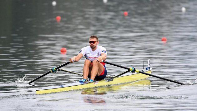 Skifař Ondřej Synek si jede na mistrovství světa ve veslování v rakouském Ottensheimu pro postup do finále.