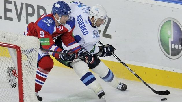 Jiří Hunkes (vlevo) z Lva Praha se snaží zastavit Konstantina Ruděnka z Barysu Astana
