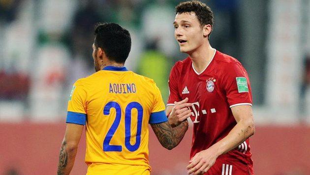 Obránce Bayernu Benjamin Pavard (vpravo) ve finále MS klubů s Javierem Aquinem z týmu Tigres.