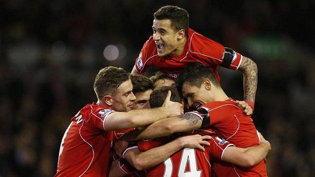 Fotbalisté Liverpoolu se radují z gólu proti Newcastlu.