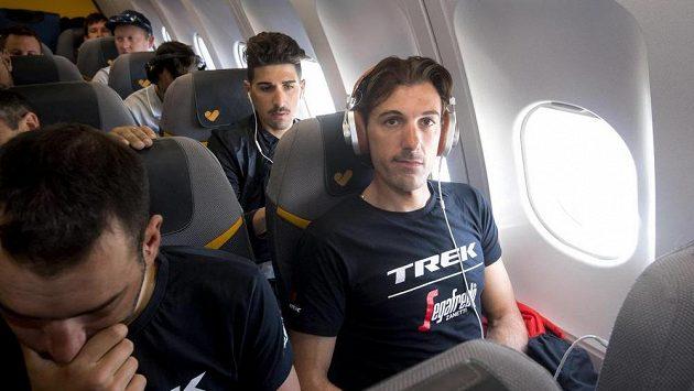 Cyklista Fabian Cancellara v letadle během Giro d'Italia.