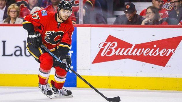 Útočník Michael Frolík nějakou dobu hokejistům Calgary nepomůže.