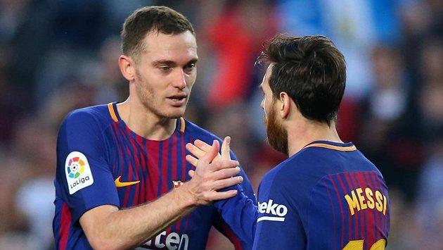Barcelonští Lionel Messi a Thomas Vermaelen oslavují gól proti Villarrealu.