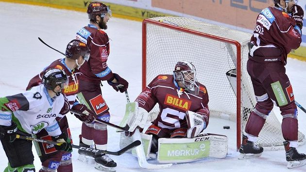 Neuznaný gól v brance Matěje Machovského ze Sparty (druhý zprava) během utkání s Mladou Boleslaví.