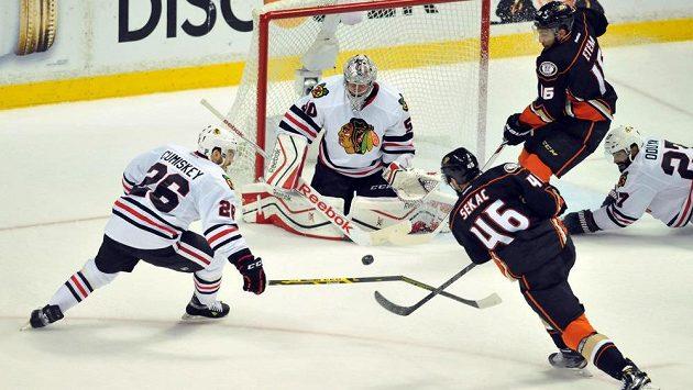 Útočník Anaheim Jiří Sekáč (46) střílí na brankáře Chicaga Coreyho Crawforda (50) ve druhém finále Západní konference play off NHL.