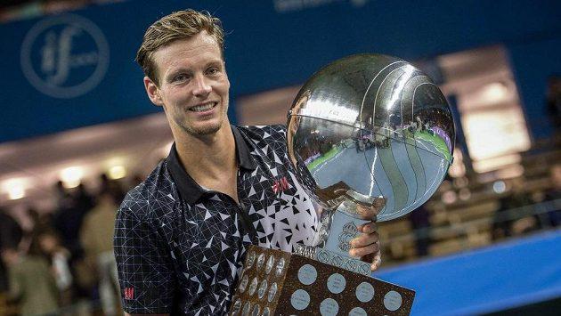 Český tenista Tomáš Berdych s trofejí pro vítěze turnaje ve Stockholmu.