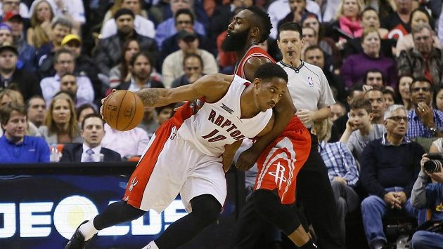 Basketbalista Toronta DeMar DeRozan (10) proniká podál Jamese Hardena (13) z Houstonu.