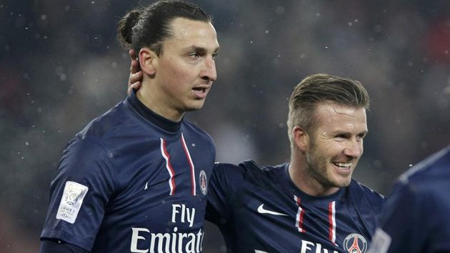 David Beckham v dresu PSG (vpravo) gratuluje Zlatanu Ibrahimovičovi ke vstřelenému gólu v duelu s Olympique Marseille.