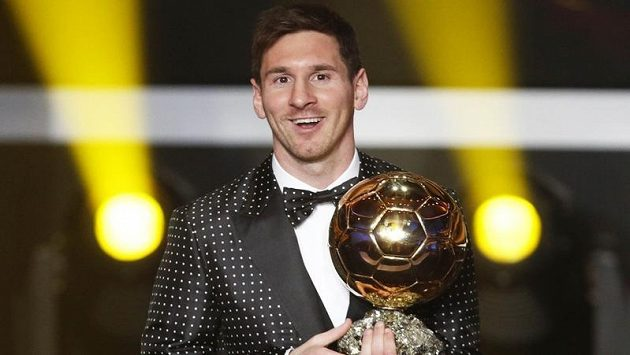 Argentinec Lionel Messi se Zlatým míčem pro nejlepšího fotbalistu roku 2012. Bylo hlasování pravdivé, nebo FIFA pozměnila výsledky?