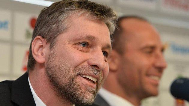 Trenér Josef Jandač (vlevo) představil složení realizačního týmu české hokejové reprezentace na Světovém poháru na začátku příští sezóny v Torontu. Vpravo je budoucí generální manažer reprezentace Martin Ručinský.